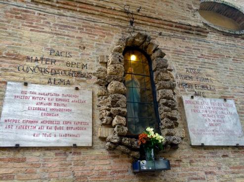 Atri, l' edicola della Madonna di Lourdes, (1942), accompagnata dalle dediche in greco e latino composte da Luigi Illuminati. Atri, marzo 2015