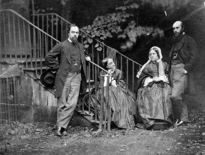 Dante Gabriel Rossetti, sua madre, la sorella Christina e suo fratello William nella loro casa in Chelsea, Londra. Foto Lewis Carroll, 1863