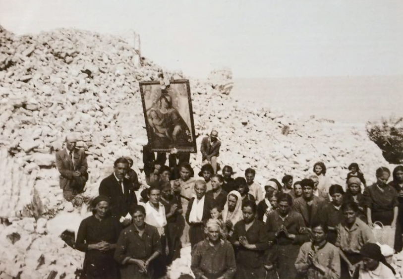 Pellegrini vacresi sulle macerie del vecchio santuario francavillese. Maggio 1946