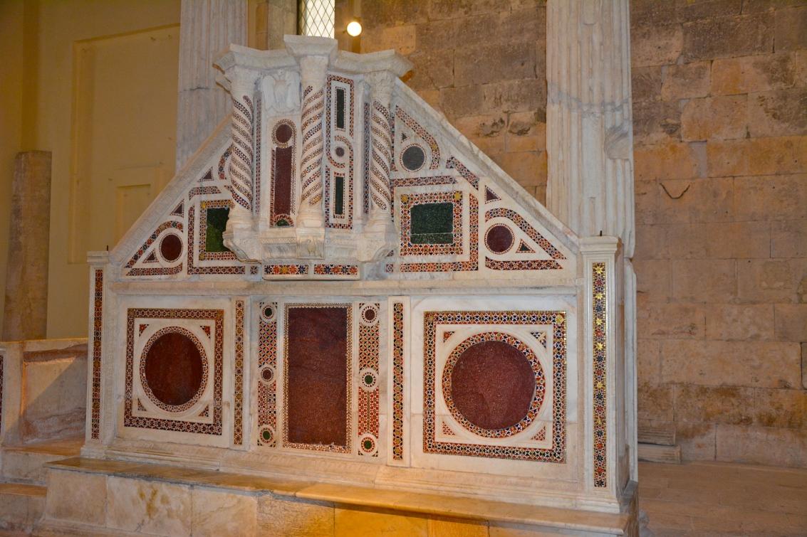 San Pietro in Alba Fucens - ambone in porfido del 1200 - agosto 2015
