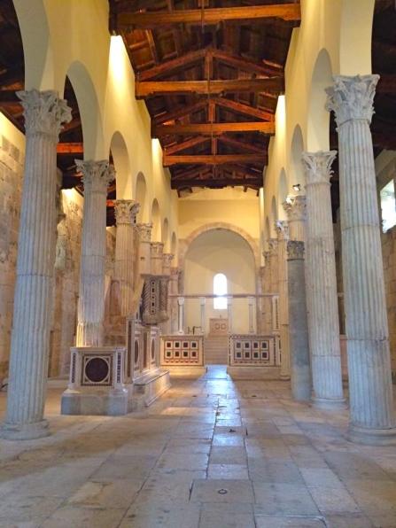San Pietro in Massa d'Albe - unico esempio in Abruzzo di navate a colonne - agosto 2015