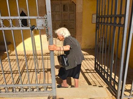 La Sig.ra Costanza mentre apre il cancello della Chiesa