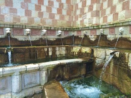 Fontana delle 99 cannelle, dettaglio - L'Aquila, giugno 2015