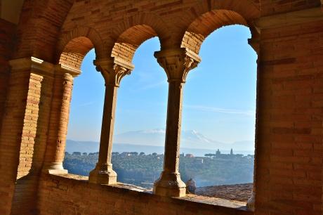 Da una loggia di Loreto Aprutino, in lontananza il profilo di Santa Maria in Piano, settembre 2015