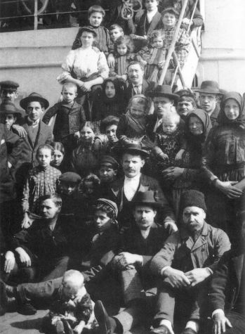 Immigranti italiani arrivano a Ellis Island, inizi '900 (ph-Ellis Island Museum)
